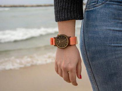 Moda na damskie zegarki z drewna