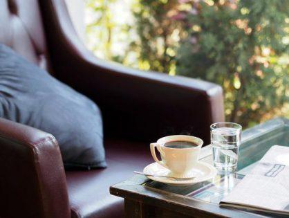 Szare krzesła w kawiarni
