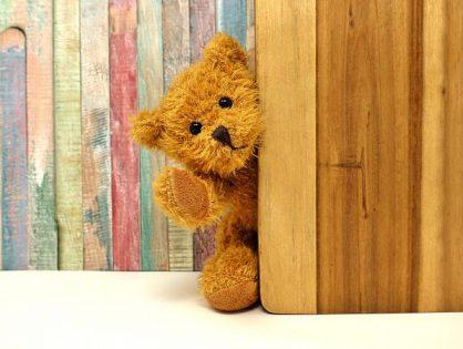 Wnętrze z drewnianą skrzynią na zabawki